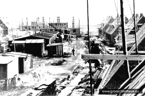 """Baumaßnahmen im Rahmen des """"Oberländer-Programms"""" in Schortens- Roffhausen, ca. 1956. Links sind noch die später angerissenen Baracken zu erkennen. Sammlung H. Zimmermann"""