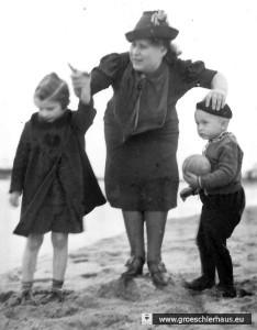 Helene Duden geb. Solmitz (1917 – 1985 Wilhelmshaven) mit ihren beiden Kindern ca. 1939. Archiv H. Peters