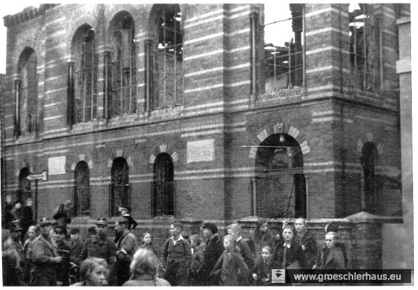 Die Straßenfront der zerstörten Synagoge am 10. November 1938 (Sammlung K. Andersen)