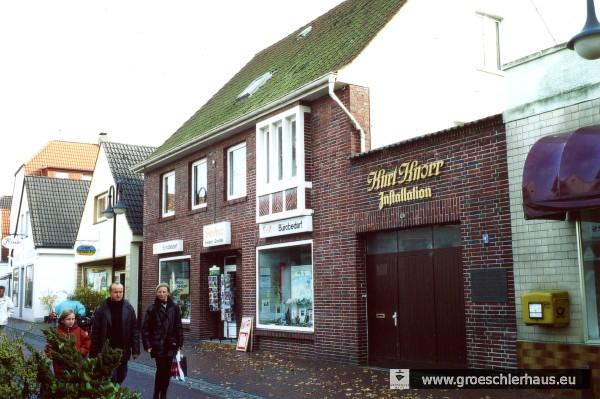 Das 1954 erbaute Geschäftshaus auf dem Grundstück der abgebrochenen Synagoge mit der 1978 angebrachten Gendenktafel (Foto von 1998, H. Peters)