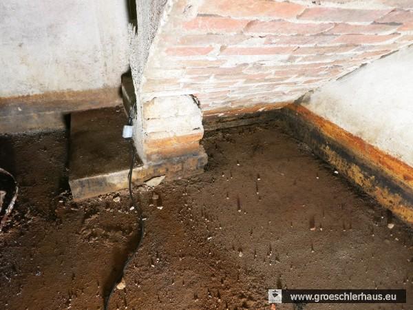 Blick auf das unter dem Betonboden vermutete Tauchbecken der ehemaligen Kellermikwe (Foto von 2015, H. Peters)