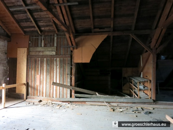 """Der Verschlag in der hinteren Ecke des Dachbodens des Kinos im """"Concerthaus"""" diente Erna Hirche als Versteck. Hier unternahm sie 1945 einen gescheiterten Selbstmordversuch. (Archiv H. Peters)"""