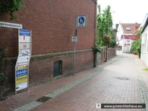 """Das Werbeschild """"Lange Meile"""" in der Nähe vom Kirchplatz"""