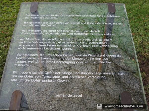 Die 2008 bei den Kriegerdenkmälern im Friedensgarten Zetel installierte Schrifttafel (Foto H. Peters, 2015)