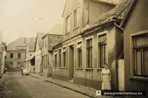 Klara Hübner vor dem Weinberg-Haus in der Schüttingstraße 13, von 1937 bis 1942 auch Jüdisches Altenheim in Varel (Aufnahme 1955, Archiv Heimatverein Varel).