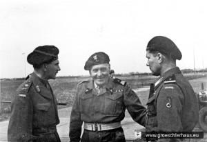 """Generalleutnant Guy Simonds, Kommandant """"First Canadian Army"""", General Stanislaw Maczek und ein unbekannter Soldat am 19. Mai 1945 auf dem Flugfeld von Upjever (Archiv H. Peters)"""