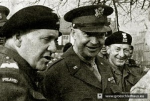 General Stanislaw Maczek mit dem General of the Army Dwight D. Eisenhower, dem Oberbefehlshaber der alliierten Streitkräfte, 1944/45 (Archiv H. Peters)