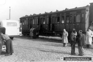 Josef Rosensaft (Mitte, heller Mantel) zusammen mit den letzten Emigranten aus dem DP Camp Upjever auf dem Bahnhof von Jever im August 1951 (Gedenkstätte Bergen-Belsen)