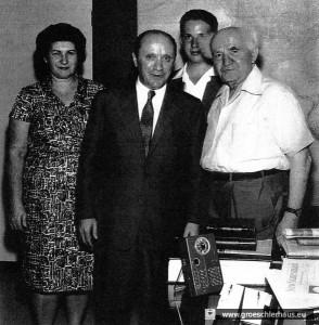 Hadassah, Menachem und Josef Rosensaft 1963 im Arbeitszimmer von David Ben-Gurion, Jerusalem (Gedenkstätte Bergen-Belsen)