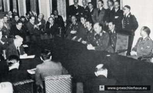 """Carl-Alfred Schumacher am 19.12.1939 bei der Reichspressekonferenz in Berlin anlässlich des """"großen Luftsiegs über der deutschen Bucht"""", rechts Reichspressechef Otto Dietrich"""