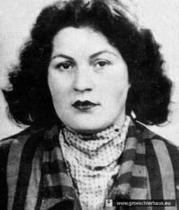 1960 ließ sich Margot Anita Schwarz geb. Franz in Häftlingskleidung fotografieren, um auf den fortbestehenden Antiziganismus und das unbeschadete Leben der Mörder hinzuweisen.