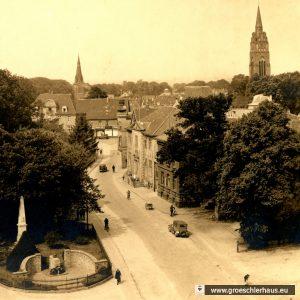 Dieser Blick in die Schloßstraße von ca. 1937 zeigt v.l. die katholische Kirche von 1901, die Kuppel der Synagoge und den Glockenturm der ev. Kirche. (Sammlung P. Gabriels)
