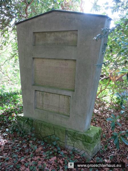 Das von Erich Levy ca. 1948 auf dem jüdischen Friedhof errichtete Mahnmal für die zerstörte Synagoge, in das er die beiden Gründungstafeln aus der Fassade einbetten ließ. (Foto H. Peters, April 2016)