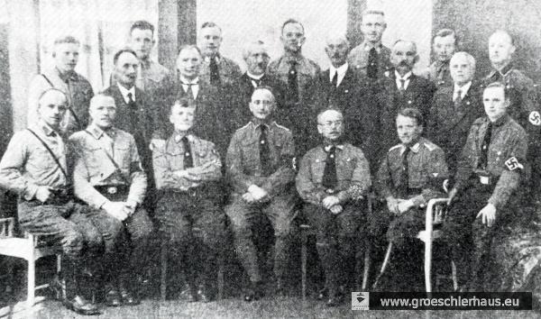 """Die Ortsgruppe Jever der NSDAP ca. 1929. In der Mitte sitzt der Leiter und Studienrat Karl Gottschalck, rechts neben ihm (Nickelbrille) der Schriftleiter des """"Jeverschen Wochenblatts"""" Friedrich Lange (Archiv H. Peters)"""