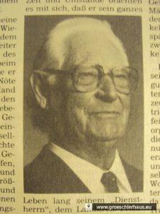 """Abb.: Hermann Harms. 1943 Leiter des Kreis-Wirtschaftsamtes Friesland. Foto """"Jeversches Wochenblatt"""", 31. Juli 1990."""