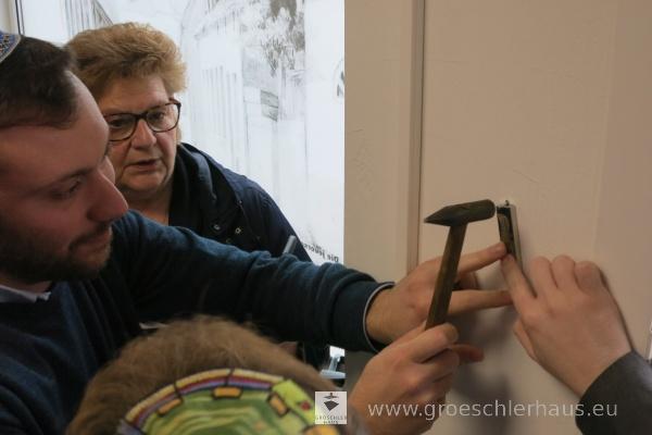 Die Familie Gale aus England beim Anbringen einer Mezuzah an der Tür des wieder eröffneten GröschlerHauses, 15. April 2018. Die Kapsel mit dem enthaltenen Segensspruch stammt aus dem Haus des 1998 in England verstorbenen Frank Gale, der in Jever aufwuchs und 1938 den Nazis entkommen konnte.