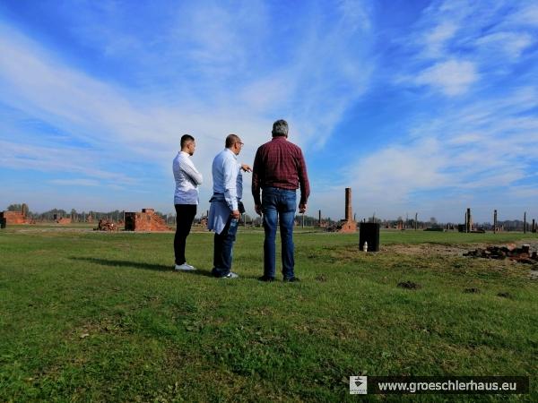 Mitglieder der Sinti-Gruppe vor den Resten der Baracken des ehemaligen Vernichtungslagers und jetzigen Gedenkstätte Auschwitz-Birkenau, 15. Okt. 2019
