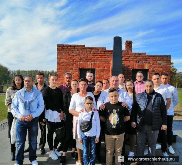 Mitglieder der Sinti-Gruppe vor der Gedenkstätte auf dem Gelände des ehemaligen Vernichtungslagers und der jetzigen Gedenkstätte Auschwitz-Birkenau, 15. Okt. 2019
